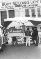 """""""tavolo con furgone e cartelli elettorali del PR. Militanti in coda davanti al tribunale per depositare per primi la lista elettorale (BN) Striscione:"""