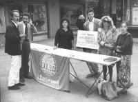 tavolo dei verdi arcobaleno per l'Europa per le europee '89 Carduccio Parizzi, altri militanti ed un ex tossicodipendente di S.Patrignano con cartello