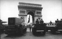 François Mitterand appena eletto alla presidenza della Repubblica passa in rassegna le truppe. Arco di trionfo. (BN)