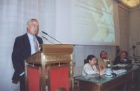 Alla tribuna; Antonio Alvarez-Couceiro, Segretario generale del Club di Madrid. Al tavolo, da sinistra: Florentina Voicu, vice Direttore del Dipartime