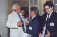 Marco Pannella a colloquio con Bernard Kouchner. A destra: Matteo Mecacci (in occasione della tavola rotonda, promossa da No Peace Without Justice, in