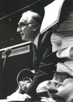 ritratto di Pannella con gli occhiali e dei faldoni in primo piano. (BN) originale, di profilo, buona