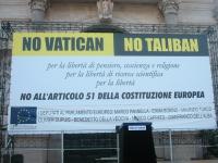 """Banner """"No Vatican no Taliban - no all'articolo 51 della Costituzione Europea"""", usato in occasione del comizio anticlericale davanti a porta Pia, nell"""