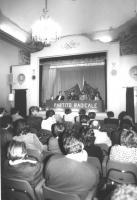 assemblea precongressuale a Bologna. In un teatro, palco con bandiere europee, scritta PR e platea. Sul palco, fra gli altri: Peppino Calderisi.  (BN)