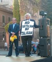 """Raffaele Morelli (Federazione dei Liberali) e Marco Pannella (recante il cartello """"No Vatican no Taliban"""") (in occasione del comizio anticlericale dav"""