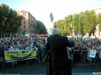 Comizio anticlericale davanti a porta Pia, nella ricorrenza del 20 settembre. Marco Pannella (in primo piano, di spalle) parla alla folla degli astant