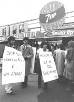 """""""Giovanni Negri ed Adelaide Aglietta con cartelloni: """"""""Somalia: anche la fame è un affare"""""""" e """"""""Mombasa-Roma le ali del socialismo PR"""""""" davanti al tea"""