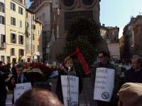 Manifestazione commemorativa dei Radicali in Campo dei Fiori, nel IV centenario della morte del filosofo libero pensatore Giordano Bruno. Nella foto: