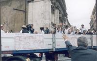 Cerimonia di consegna delle firme sui 20 referendum radicali.  Un passante saluta il camioncino che ospita la banda jazz di Loffredo. A bordo, Marco P