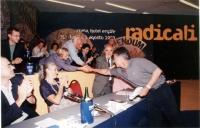 5° Congresso italiano del PR, all'hotel Ergife. Emma Bonino e Marco Pannella stringono la mano a Claudio Martelli. Intorno, plaudenti: Ignazio Marcozz