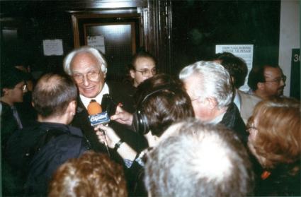Marco Pannella  nei locali del Tribunale di Roma (presumibilmente in occasione di un'udienza di uno dei processi a Pannella per cessione di hashish).