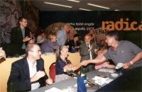 5° Congresso italiano del PR. Claudio Martelli stringe la mano a Gabriella Fanello Marcucci. Intorno: Ignazio Marcozzi Rozzi, Lorenzo Strick Lievers,