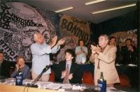 5° Congresso italiano del PR. Marco Pannella applaude Bruno Zevi. Vicino, seduti: Benedetto Della Vedova, Emma Bonino, Marco Cappato. Nella fila dietr