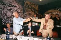 5° Congresso italiano del PR. Marco Pannella applaude Bruno Zevi. Vicino, seduti: Emma Bonino, Marco Cappato. Nella fila dietro: Olivia Ratti, Paolo P