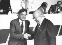 ritratto di Giorgio La Malfa che stringe la mano a Giovanni Spadolini (PRI)