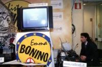 Elezioni on line di alcuni membri del comitato dei Radicali Italiani, presso la sede di Torre Argentina. Un tecnico presso un monitor sul quale si leg