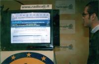 Elezioni on line di alcuni membri del Comitato consultivo. A destra del monitor: Gianni Ciotta (responsabile del call center radicale).