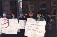 """""""manifestazione contro la distruzione della fascia d'ozono. Manifestanti con cartelli: """"""""la fascia d'ozono protegge dai raggi ultravioletti"""""""" ecc"""""""
