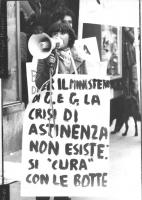"""""""manifestazione davanti al ministero della Giustizia dell'associazione giuridica radicale. Manifestante con megafono e cartello al collo: """"""""per il min"""