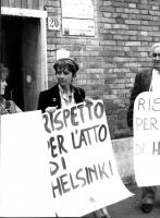"""Emma Bonino, di fronte alla sede dell'ambasciata polacca, manifesta per il """"rispetto per l'atto di Helsinki"""". A sinistra, Maria Teresa di Lascia; a de"""