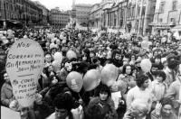 """Marcia di Pasqua, """"per tre milioni di vivi subito"""". Raduno dii manifestanti a piazza Navona, dove si tiene un comizio. Fra i cartelli: """"Non correre pe"""