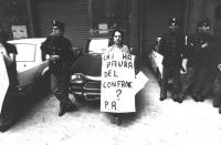 """""""manifestante con cartello al collo: """"""""chi ha paura del confronto? PR"""""""" circondata da poliziotti in occasione delle politiche '79 (BN) buona"""""""