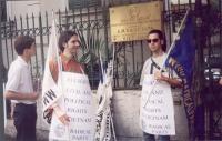 Marco Contini (in primo piano) partecipa alla giornata mondiale gandhiana-nonviolenta per la democrazia e la libertà anche in Vietnam.