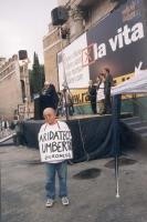 """Marcia anticlericale. Durante il comizio con Marco Pannella davanti a porta Pia, un manifestante indossa il cartello: """"Aridatece Umberto (Veronesi)""""."""