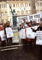 """Manifestazione a piazza Montecitorio in occasione della visita in Italia del ministro cinese Jiang Zemin. Striscione: """"Shame on you Jiang Zemin  shame"""