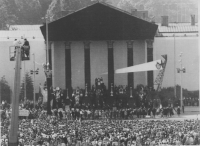 Piazza degli Eroi, palco delle autorità, folla e passaggio del feretro di Imre Nagy durante il funerale di riparazione in onore del'ex primo ministro