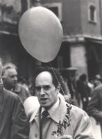 Marcia di Pasqua '83. Strik Lievers durante la marcia con ulivo in mano. (BN)   Altri ritratti di Strik Lievers in varie occasioni.