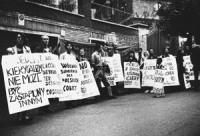 manifestazione davanti l'ambasciata polacca a Roma di protesta contro il progetto di legge per proibire l'aborto in Polonia (BN) Manifestanti con cart
