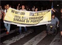 """Marcia anticlericale, da porta Pia a piazza San Pietro. Striscione: """"No Vatican - no Taliban. Vita dell'embrione strage di persone""""."""