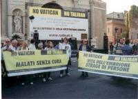 """Comizio anticlericale davanti a porta Pia. Striscioni: """"No Vatican No Taliban - Malati senza cura"""", """"Vita dell'embrione strage di persone""""."""
