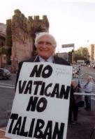 """Comizio anticlericale davanti a porta Pia. Marco Pannella indossa il cartello: """"No Vatican no Taliban""""."""