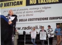 Comizio anticlericale di Marco Pannella, davanti a porta Pia. In secondo piano: Rita Bernardini, Daniele Capezzone, Maurizio Turco, Nicolas Garcia.