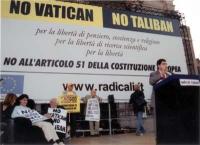 Comizio anticlericale davanti a porta Pia. Alla tribuna: Daniele Capezzone. In secondo piano: Luca Coscioni, con la moglie e Marco Pannella; Sergio St
