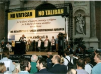 """Comizio anticlericale di Marco Pannella davanti a porta Pia (vista completa del banner: """"No Vatican no Taliban""""; sono inquadrati alcuni astanti). Diet"""