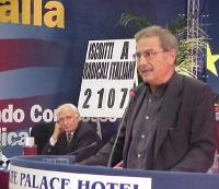 Roberto Cicciomessere alla tribuna del Secondo Congresso dei Radicali Italiani. Dalla presidenza, lo osserva Marco Pannella.