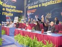 """Secondo Congresso dei Radicali Italiani. Tavolo di presidenza durante la votazione della """"mozione Capezzone""""."""