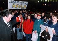 """""""manifestanti cechi (?) contestano un tizio tenendo per mano un poster di Vaclav Havel e uno striscione: """"""""studenti podporuju… havla"""""""" . Buona"""""""