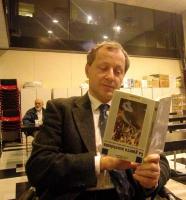 Paolo Pietrosanti, dirigente radicale cieco, legge provocatoriamente un libro alla rovescia.