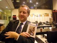 """Paolo Pietrosanti, mostra una copia del suo libro """"Azione nonviolenta""""."""