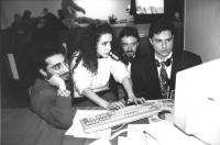 """""""militanti radicali davanti ad un computer azionato da Anna Maria Reyes Serrano (BN) foto usata con la dicitura """"""""radical-chip"""""""""""""""
