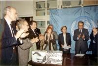 Consegna a Boutros Ghali - presidente dell'ONU - delle firme raccolte dall'associazione Nessuno Tocchi Caino e dal Partito Radicale, a sostegno di una