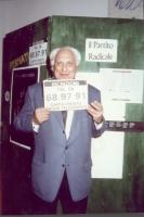 Marco Pannella, nel corso di una manifestazione per la campagna di iscrizioni al PR, presso il Maschio Angioino.