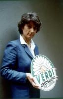 Adelaide Aglietta mostra il simbolo dei Verdi Arcobaleno.