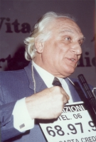 Marco Pannella, nel corso di una manifestazione al Maschio Angioino, per la campagna di iscrizioni al PR.