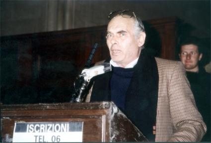Pasquale Squitieri interviene alla manifestazione radicale al Maschio Angioino per la raccolta di iscrizioni al PR.