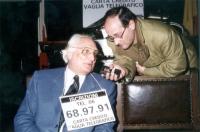 Marco Pannella intervistato da un giornalista durante una manifestazione radicale al Maschio Angioino, per la raccolta di iscrizioni al PR.